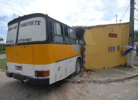Ônibus invade loja