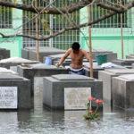 Tufão alaga cemitério nas Filipinas