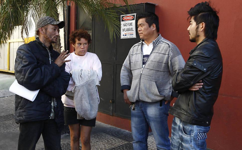 Rejaniel e Sandra conversam com os proprietários do restaurante